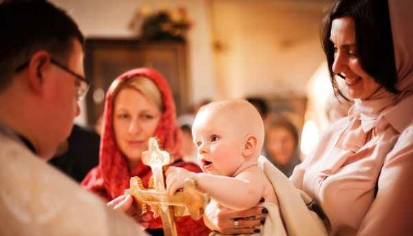 крестины маленького ребенка