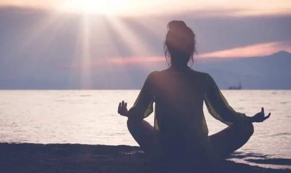 поза лотоса во время медитации